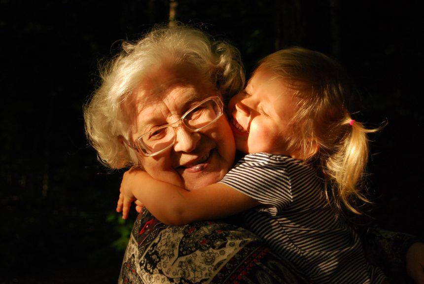 определяне на Режим на лични контакти с баба и дядо, докато тече дело за родителски права?